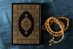 De heilige boeken van Quran pak- van de Ramadankareem/eid al van Moslims en van parels fitr Concept royalty-vrije stock foto