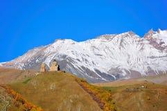 De heilige Kerk van de Drievuldigheid, Kazbegi, Georgië Stock Foto's