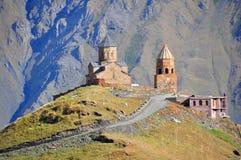 De heilige Kerk van de Drievuldigheid, Kazbegi, Georgië Stock Afbeeldingen