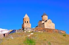De heilige Kerk van de Drievuldigheid, Kazbegi, Georgië Royalty-vrije Stock Foto's