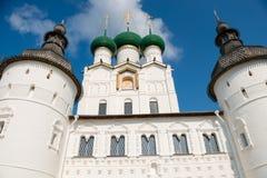 De Heilige poort, de Kerk van de Verrijzenis, en de muren van het Kremlin in Rostov Veliky, Rusland Royalty-vrije Stock Afbeeldingen