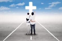 De heilige reis van familie om een kruis te volgen Stock Foto