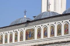 De heiligen schilderden op de voorzijde van een kerk royalty-vrije stock foto