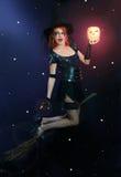 De heks die van Halloween op bezem vliegt Stock Fotografie
