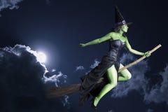 De heks die van Halloween op bezemsteel vliegt Stock Afbeelding