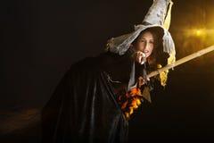 De heks die van Halloween op haar bezem vliegt Stock Foto