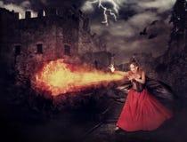 De heks in middeleeuws kasteel goot magisch - vuurbol stock afbeelding