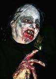 De heks van Halloween in duisternis Stock Afbeeldingen