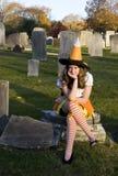 De Heks van Halloween in Kerkhof Stock Afbeelding