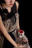 De heks van Halloween met een schedel en een kruis Royalty-vrije Stock Fotografie