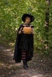 De heks van Halloween met pompoen stock afbeeldingen