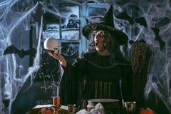 De heks vertelt Magische Woorden aan Schedel Royalty-vrije Stock Afbeeldingen