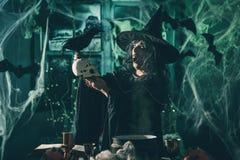 De heks vertelt Magische Woorden aan Schedel Royalty-vrije Stock Afbeelding
