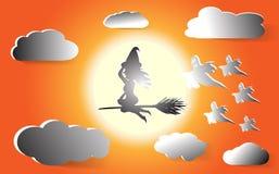 De heks vliegt op een bezem in de oranje hemel op de achtergrond van de volle maan En grijze wolken met vijf spoken ziek Hallowee vector illustratie