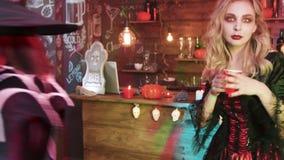 De heksen, de vampieren en andere kwade karakters bij een Halloween-partij drinken en hebben pret stock video