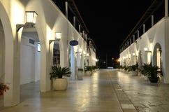 De helder verlichte nachtstraat met laag-stijgingsgebouwen royalty-vrije stock afbeeldingen