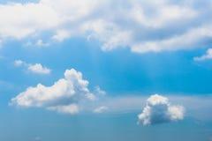 De heldere Achtergrond van Hemel Blauwe wolken Stock Afbeeldingen