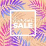 De heldere affiche van de de zomerverkoop met palmbladen op achtergrond royalty-vrije illustratie