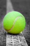 De heldere bal van het TENNIS op het gebied Royalty-vrije Stock Fotografie