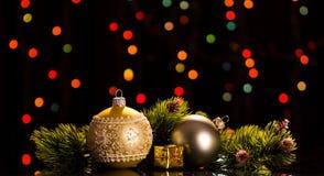 De heldere ballen, een gift, pijnboom vertakt zich op een donkere het trillen backgro Royalty-vrije Stock Foto's