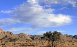 De heldere blauwe hemel boven de bergen royalty-vrije stock afbeelding