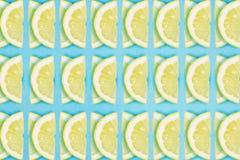 De heldere citroenplak herhaalt patroon op een blauwe achtergrond Vlak leg de zomerconcept royalty-vrije stock afbeelding