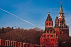De heldere die dag van Moskou het Kremlin met blauwe hemel wordt geschoten Royalty-vrije Stock Fotografie