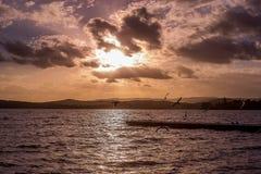 De heldere dramatische zonsonderganghemel met zonstraal glanst van wolk royalty-vrije stock foto's