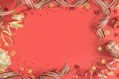 De heldere feestelijke confettien en lintenkoraalvlakte lag royalty-vrije stock afbeelding