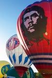 De heldere gekleurde ballons treffen te vliegen voorbereidingen Stock Foto's
