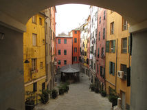 De heldere gekleurde uitstekende bouw in de oude stad van Genua Stock Afbeeldingen
