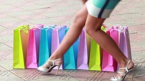 De heldere gekleurde zakken en benen van vrouwen stock footage