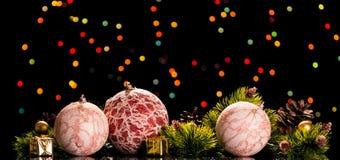 De heldere Kerstmisballen met kant, kleine giften en pijnboom vertakt zich met kegels, op de donkere achtergrond Royalty-vrije Stock Foto's