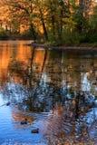 De heldere kleuren van de herfst, worden stille avonden weerspiegeld in de wateren van de stadsvijver stock afbeelding