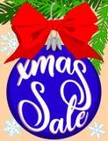De heldere kleurrijke affiche van de Kerstmisverkoop met boomtak, decoratie, lint en sneeuwvlokken Royalty-vrije Stock Fotografie