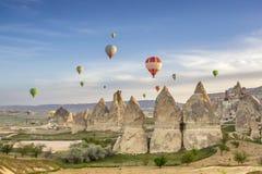 De heldere multi-colored hete luchtballons die binnen sunsrise hemel vliegen Royalty-vrije Stock Afbeeldingen