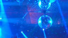 De heldere opvlammende lasers en de rook van overlegschijnwerpers bij de scèneachtergrond stock footage