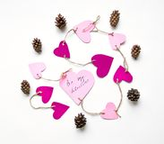 De heldere roze document harten verbonden aan een kabel voor de dag van Valentine ` s Vlak leg op witte achtergrond stock foto
