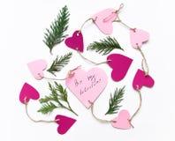 De heldere roze document harten verbonden aan een kabel voor de dag van Valentine ` s Vlak leg op witte achtergrond stock foto's