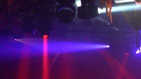 De heldere schijnwerpers verlichtten donkere nachtclub stock footage