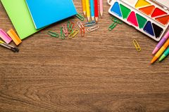 De heldere schooltoebehoren, kantoorbehoeften op een houten achtergrond, kopiëren ruimte, hoogste mening stock foto's