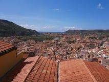 De heldere stad van dakbosa in Sardinige, Italië Stock Afbeeldingen