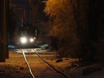 De heldere tram van de koplampennacht Stock Fotografie