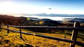 De heldere, unieke herfst in de bergen dichtbij het meer stock foto's
