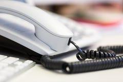 De heldere witte post van de bureautelefoon op bureau Royalty-vrije Stock Foto's