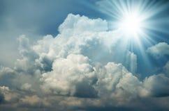 De heldere Zon glanst onder de Donkere Wolken Stock Foto's