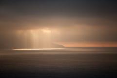 De heldere zonlichten gaan door donkere stormachtige wolken De baai van Tanger, Mo Stock Afbeelding