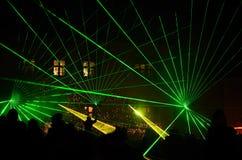De heldergroene laser toont met mensen royalty-vrije stock afbeeldingen
