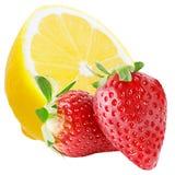 De helft citroen en twee die aardbeien op witte achtergrond wordt geïsoleerd Stock Foto's