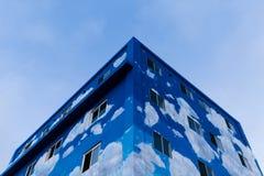 De helft-gebeëindigde blauwe die bouw vanuit een lage invalshoek wordt geschoten royalty-vrije stock afbeelding